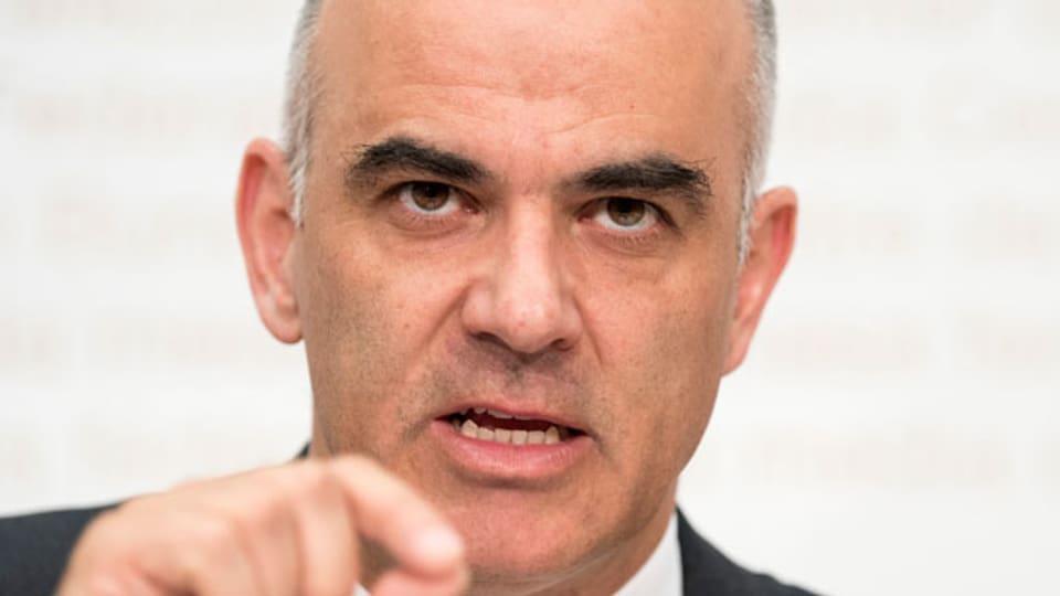Bundesrat Alain Berset spricht an einer Medienkonferenz über die Stabilisierung der AHV (AHV21), am Donnerstag, 28. Juni 2018 in Bern.