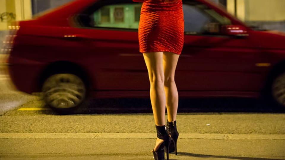 Was verboten ist, findet im versteckten Bereich statt, was die Arbeit der Prostituierten gefährlicher macht.