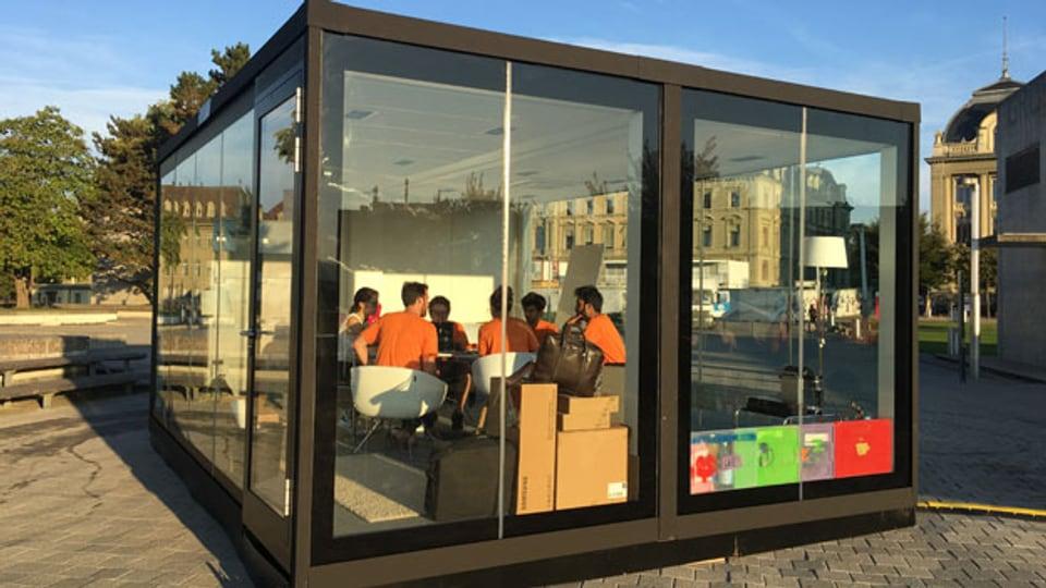 Junge Studierende sitzen im Glaskubus bei der Uni Bern und brüten über eine neue Geschäftsidee.