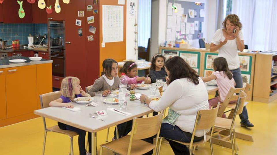 Symbolbild. Kinder mit ihren Betreuerinnen in einer Kita in der Schweiz.