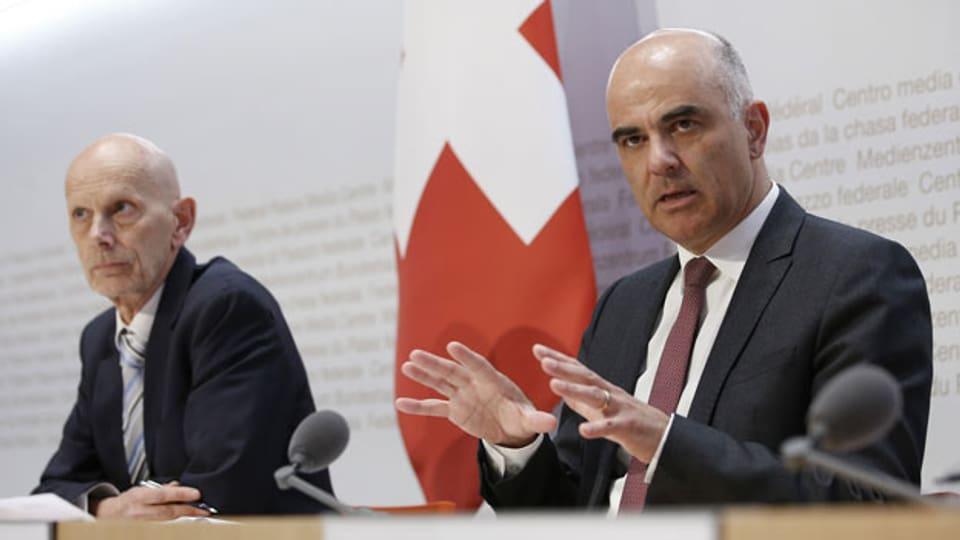 Daniel Koch, BAG (l) und Innenminister Alain Berset an der heutigen Medienkonferenz zur Verschärfung der Massnahmen.