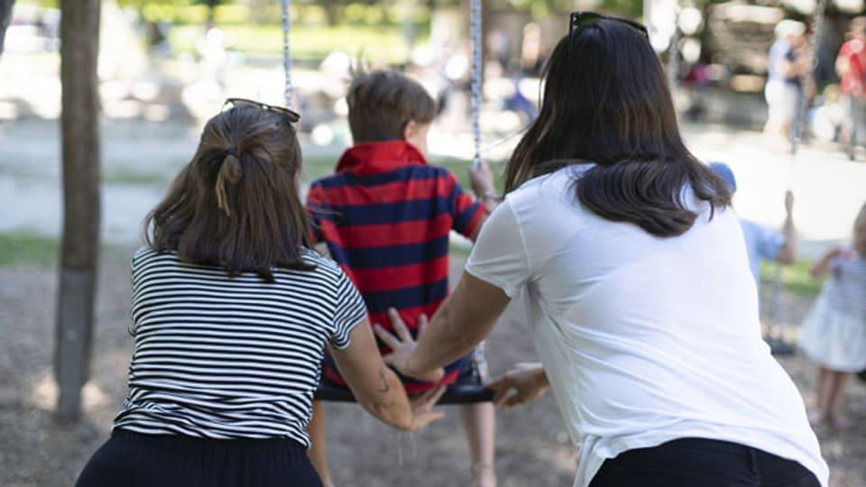 Symbolbild. Ein lesbisches Paar mit ihrem Kind.