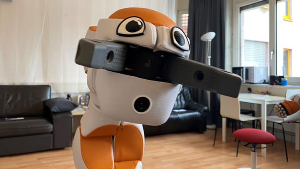 Der Roboter Lio absolviert in einem Altersheim ein Pflege-Praktikum.