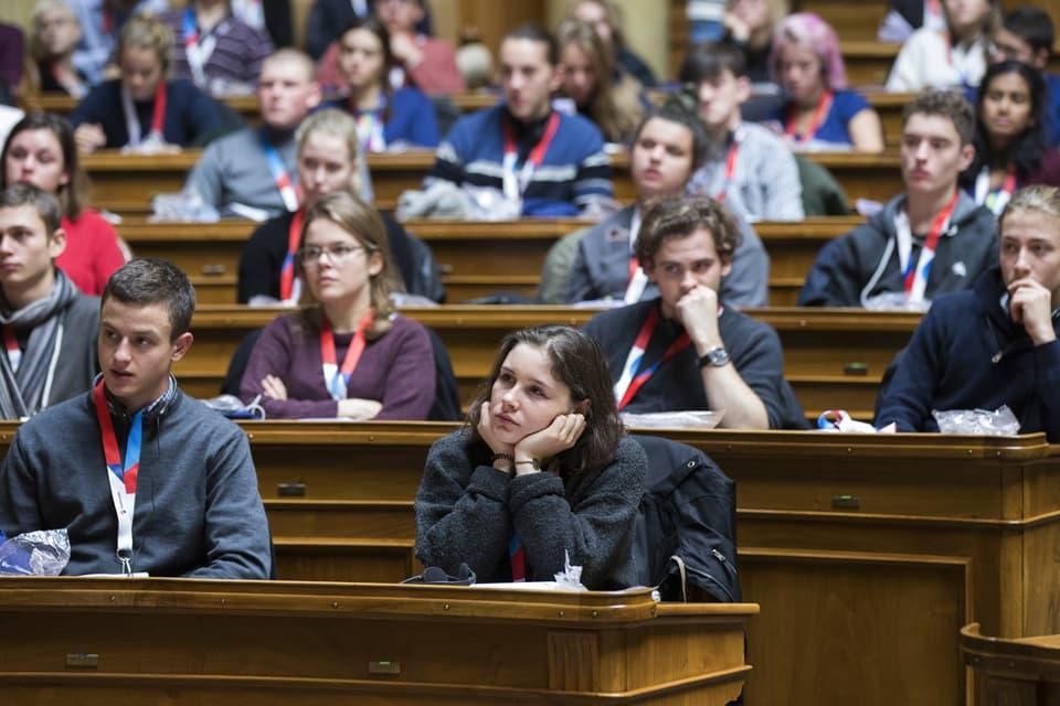 Jungpolitikerinnen- und Jungpolitiker verfolgen die Rede von Bundespräsidentin Doris Leuthard während der Jugendsession am 11. November 2017, im Nationalratssaal im Bundeshaus in Bern.