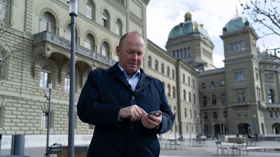 Nationalratspräsident Andreas Aebi testet die neue App für Besucherführungen im Bundeshaus.