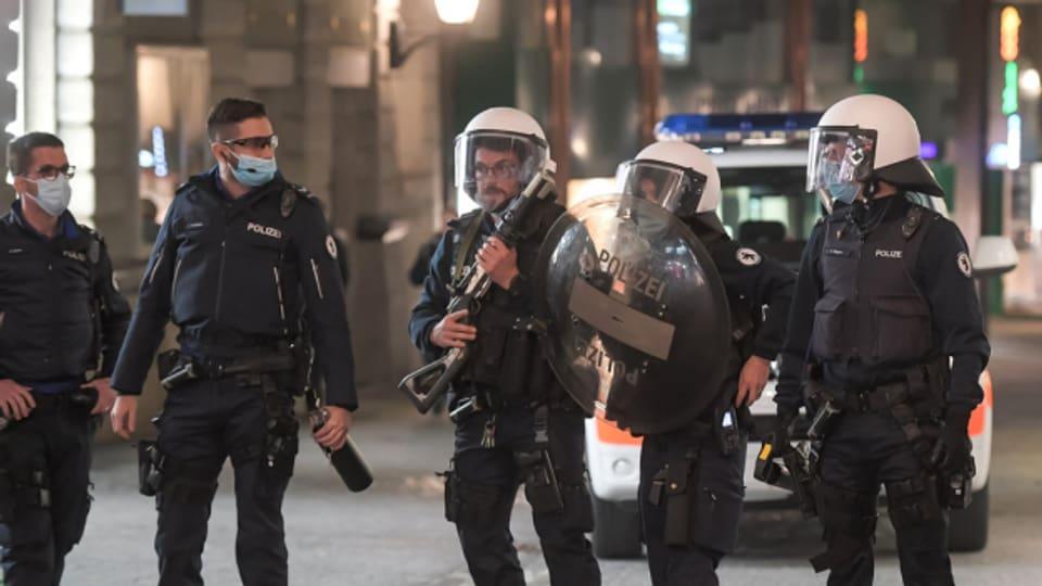 Polizistinnen und Polizisten halten in St. Gallen an Karfreitag die Stellung.