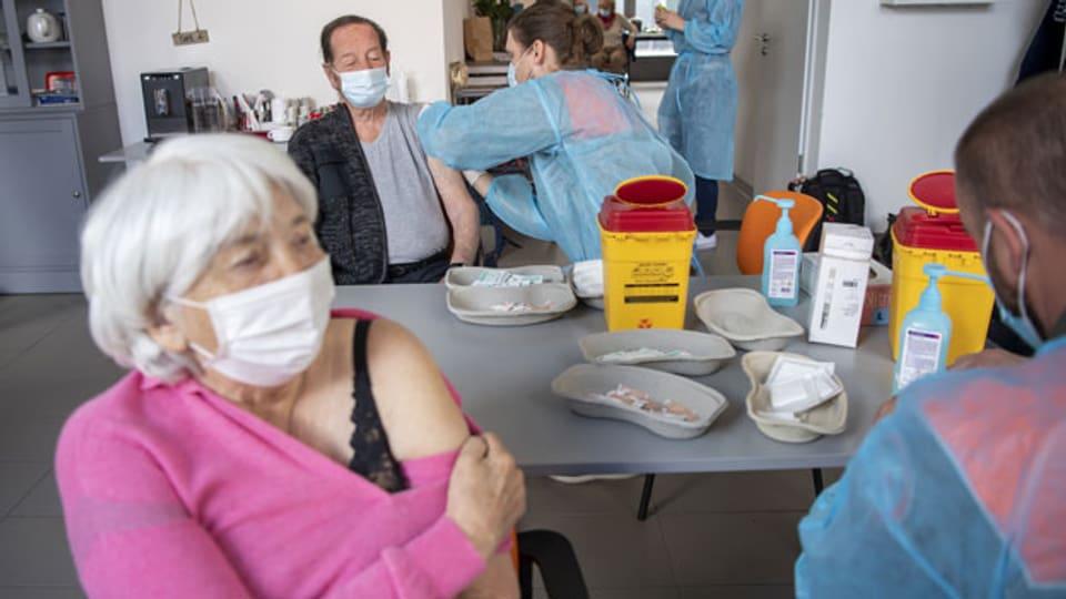 Symbolbild. In einem Impfzentrum werden Menschen gegen Corona geimpft.