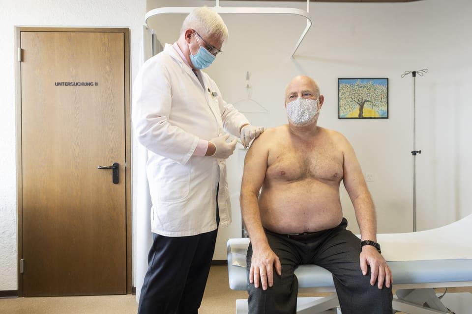 Hausarzt Josef Widler impft Hans Koller in seiner Praxis in Zürich-Altstetten