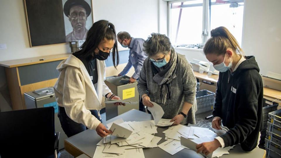 Stimmenzählen in einem Wahllokal in La Chaux-de-Fonds.