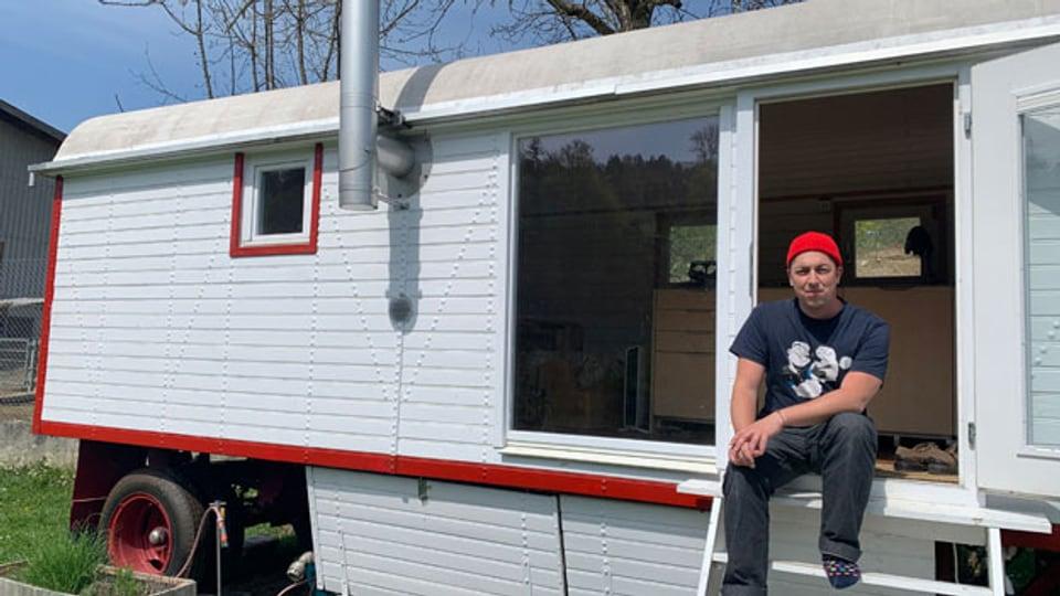 Kevin Rechsteiner in seinem Tiny House.