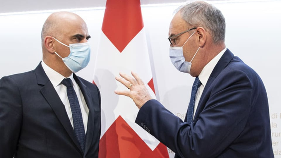Bundesrat Alain Berset (links) und Bundespräsident Guy Parmelin an der heutigen Pressekonferenz zu Covid-19-Massnahmen.