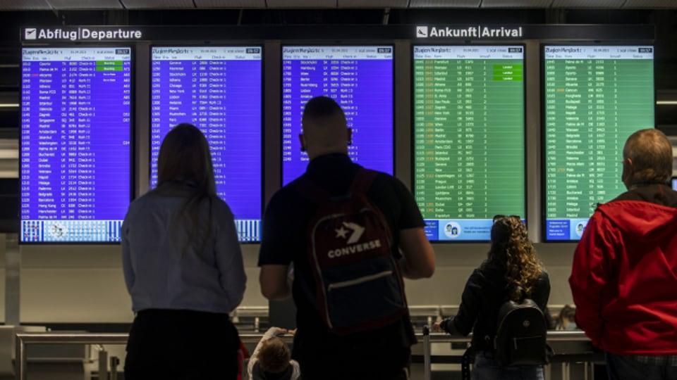 Die Bildschirme zeigen die An- und Abflüge am Flughafen Zürich.