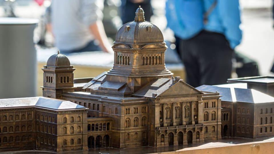 Das Bundeshaus in Kleinformat aus Metall.