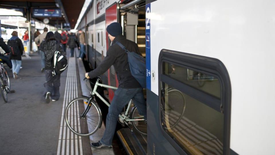 Ein Velofahrer verlässt einen Zug in Biel/Bienne (Archivbild).