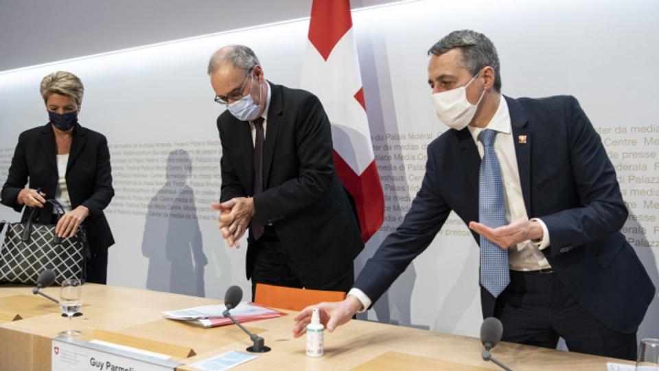 Bundespräsident Parmelin verkündet in Begleitung von Karin Keller-Sutter und Ignazio Cassis das Ende des Rahmenabkommens.