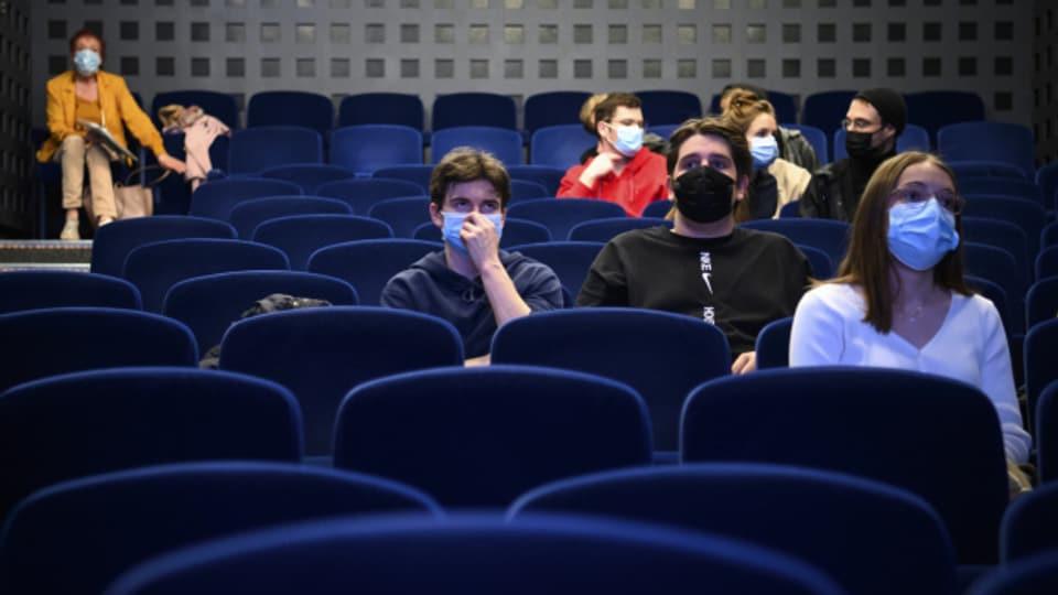 Trotz Lockerungen - etwa bei den Kinos - die Fallzahlen in der Schweiz sinken derzeit.