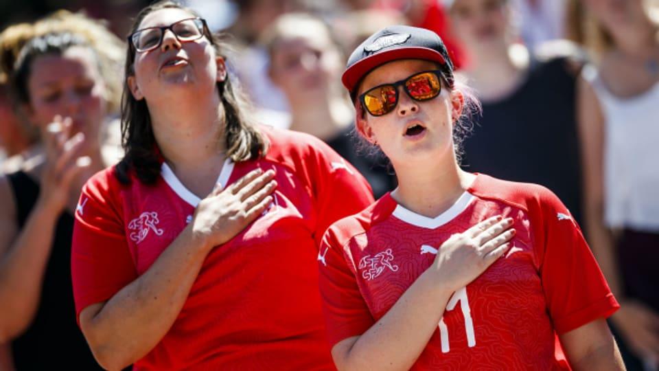 Zwei Frauen in Trikots der Schweizer Fussball-Nationalmannschaft feiern zusammen