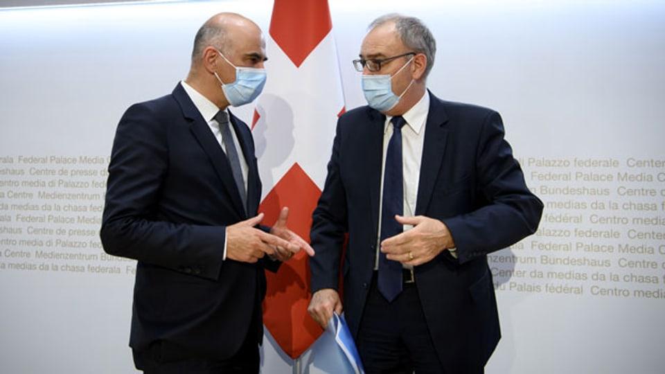 Bundesrat Alain Berset (links) und Bundespräsident Guy Parmelin an der heutigen Medienkonferenz zu den neusten Entscheiden des Bundesrates zur Coronavirus-Pandemie.
