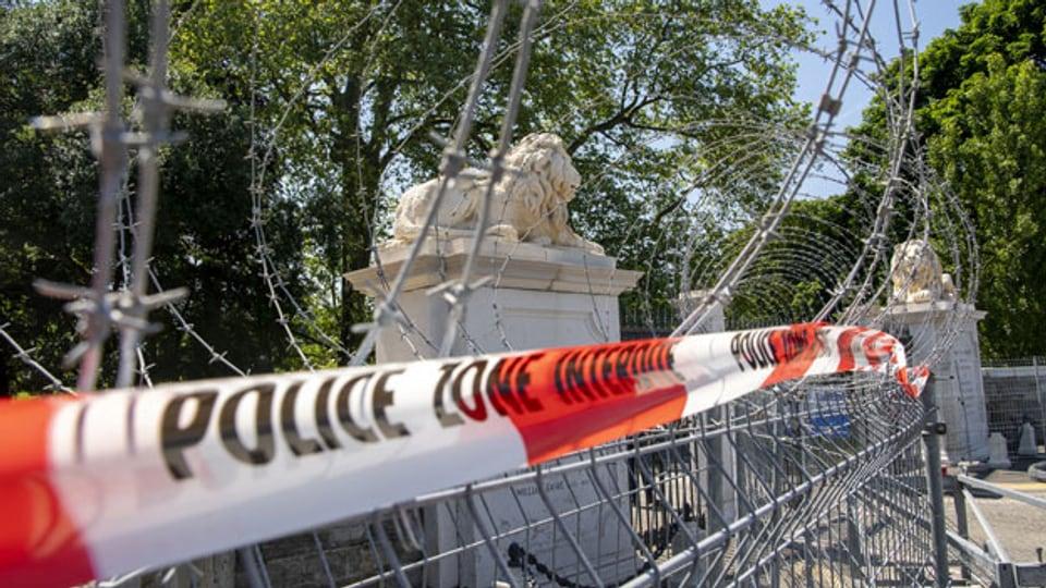 Polizei verbarrikadiert den Zugang zum Parc de la Grange in Genf. in Genf