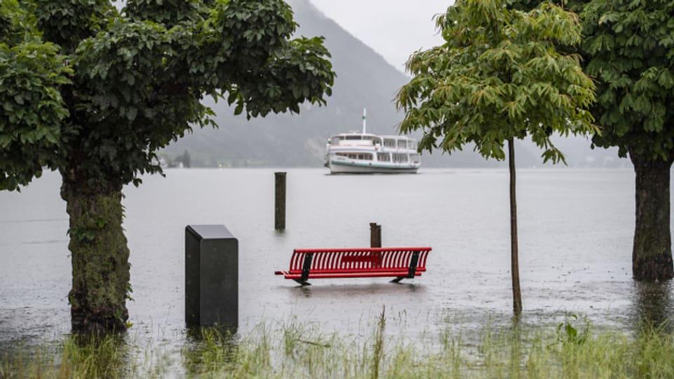 In Alpnach-Stad am Vierwaldstättersee sind die Sitzbänke bereits im Wasser.