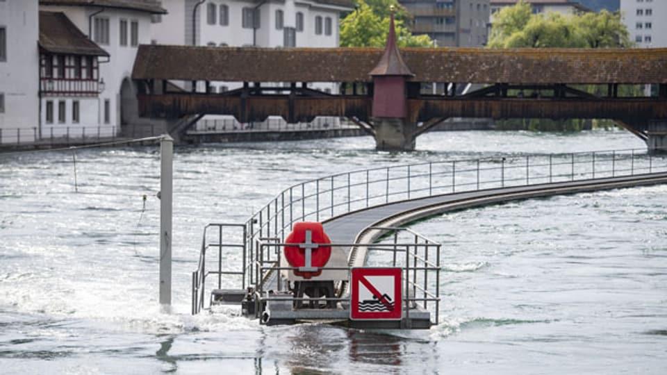 Die Reuss in Luzern führt Hochwasser.