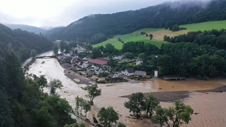 Hochwasser der Ahr in der Eifel richtet Schaden an.