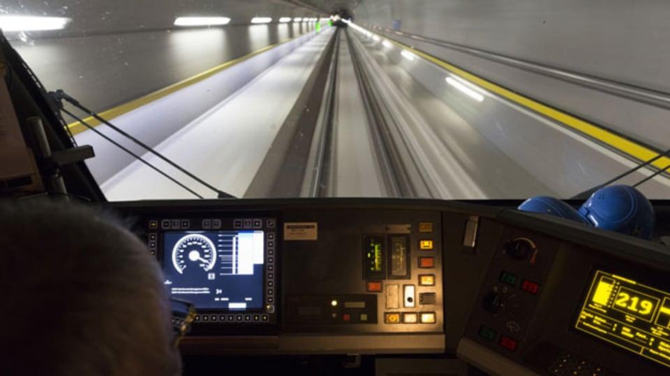 Ein Zug fährt durch den Gotthard-Basistunnel.