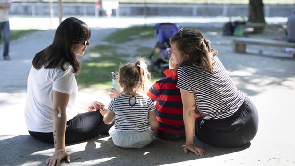 Symbolbild. Ein lesbisches Paar mit ihren Kindern.