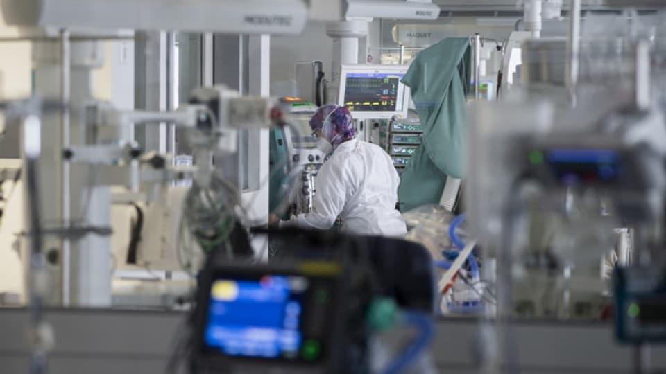 Man könnte sagen: Und das ausgerechnet hier, in der medizinisch top-ausgerüsteten Schweiz. Hier warnen nun Medizinerinnen und Pharma-Vertreter, Krebserkrankungen zu spät zu erkennen und zu behandeln. Grund einmal mehr: Die Corona-Pandemie.   Da die Covid-Fallzahlen derzeit erneut ansteigen, brauchen wieder mehr Menschen einen Platz auf der Intensivstation - Plätze, die für Krebs-Patient*innen potentiell fehlen. Die Krebsliga ist besorgt.