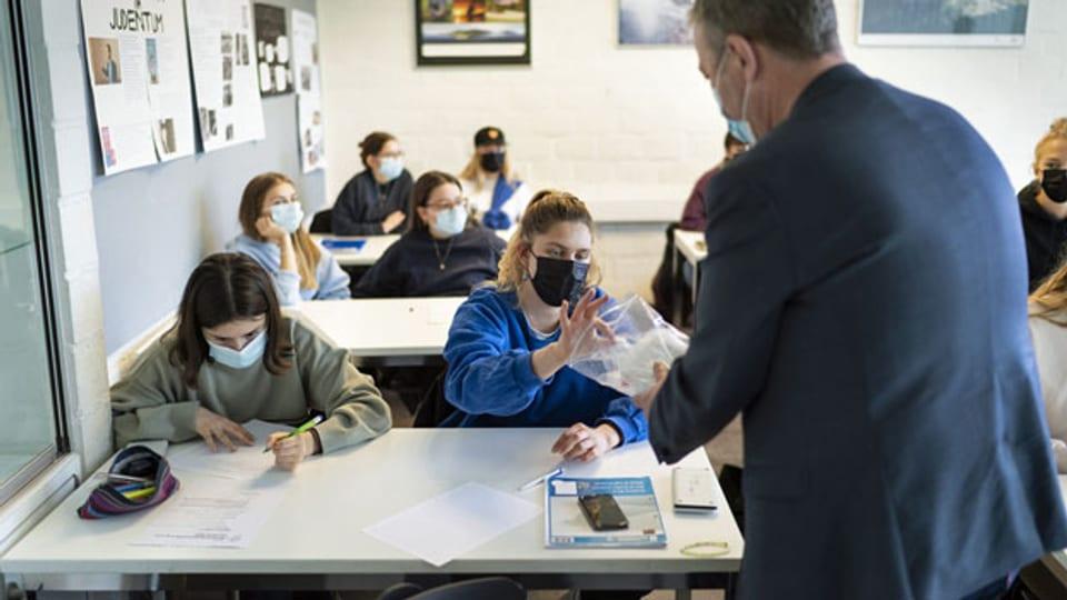 Corona PCR-Speichelpooltests in der Klasse 6D an der Kantonsschule Wiedikon.