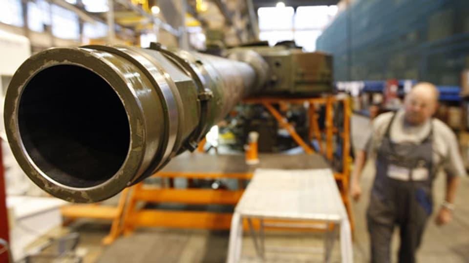 Werterhaltungsarbeiten am Geschützrohr eines Leopard-Panzers in den Produktionshallen der RUAG.