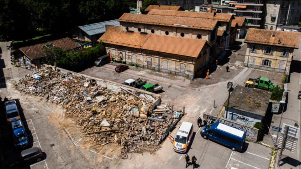 Bagger um Mitternacht. In Lugano lassen die Behörden Teile des autonomen Kulturzentrums über Nacht abreissen.