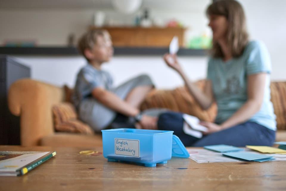 Im Bild eine Mutter und Ihr Kind zuhause während dem Schulunterricht.