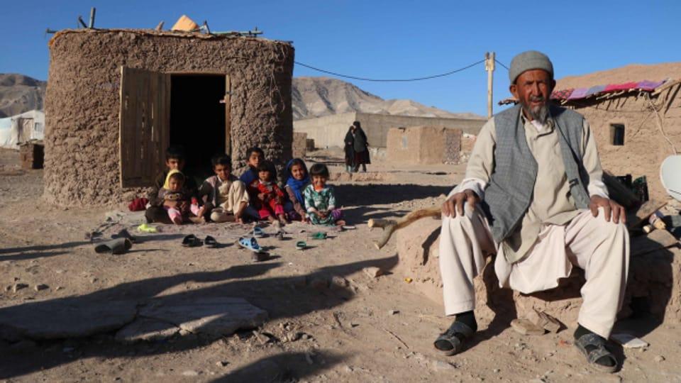 In Afghanistan leben viele intern Vertriebene in einfachsten Unterkünften. Bei ihnen kommen die internationalen Hilfsgelder selten an.