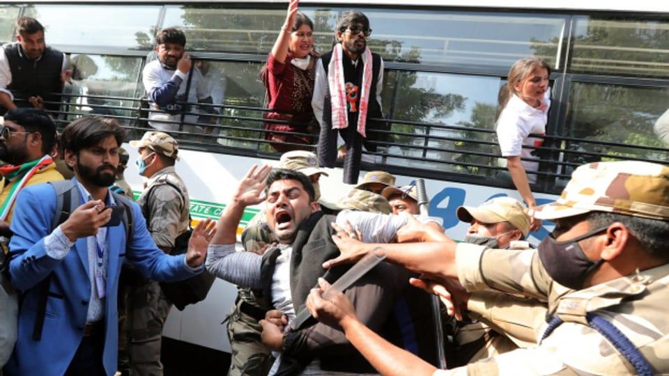 Menschen Protestieren und kämpfen gegen die Polizei