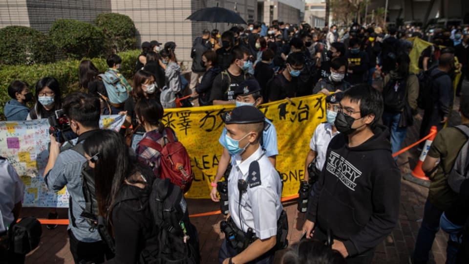Hongkong Protestierende  werden von Polizisten abgeführt