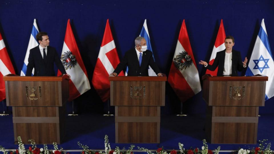 Drei Staatsoberhäupter halten eine Pressekonferenz