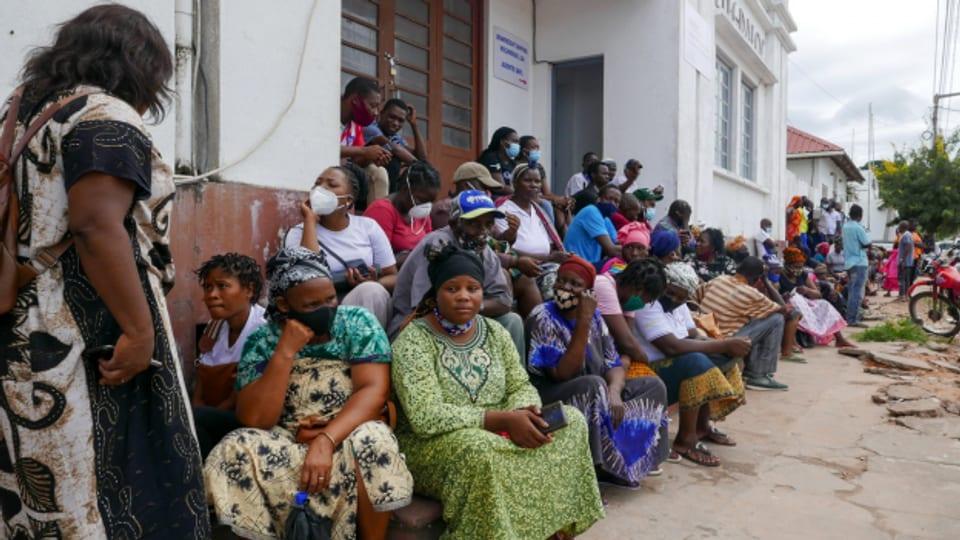 Überlebende der islamistischen Angriffe in Palma, im Norden von Mosambik, sind mit Booten in der Provinzhauptstadt Pemba ankommen.