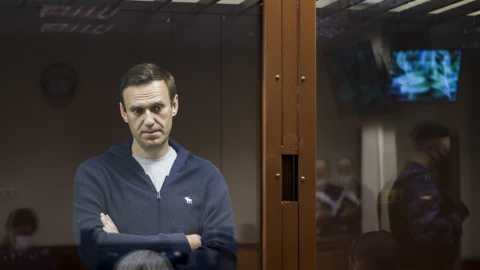 Alexej Nawalny gefangen hinter einer Glasscheibe