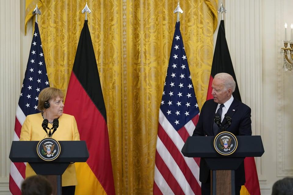 Die deutsche Kanzlerin Angela Merkel und der US-Präsident Joe Biden an einem Treffen in Washington.