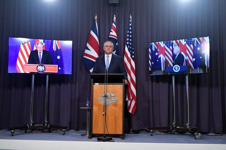 Im Bild die drei Regierungschefs bei der Vorstellung der Partnerschaft. Scott Morrison in der Mitte, Johnson und Biden jeweils auf der Seite auf Bildschirmen.