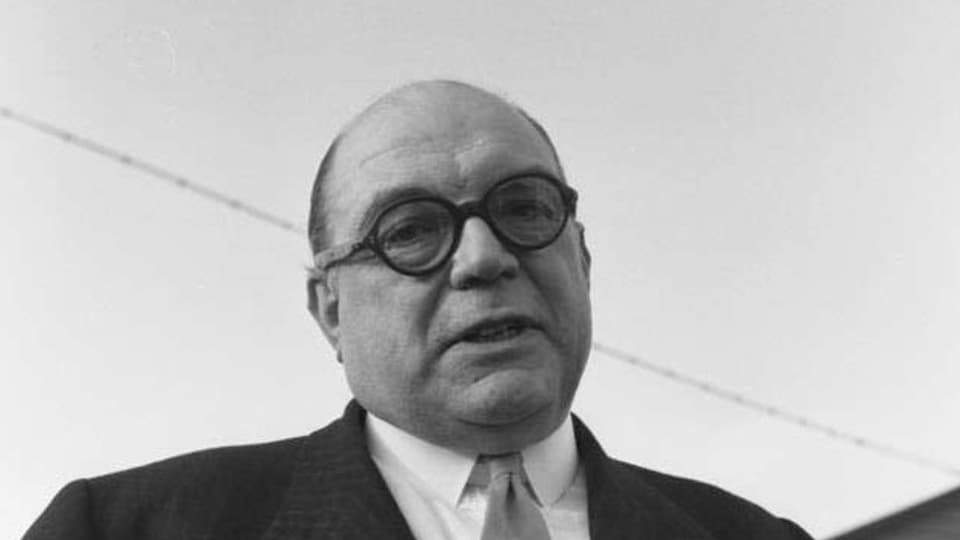 Sefton Delmer als Journalist im Grenzdurchgangslager Friedland bei der Ankunft von deutschen Atomphysikern aus dem sowjetischen Sochumi (Februar 1958)