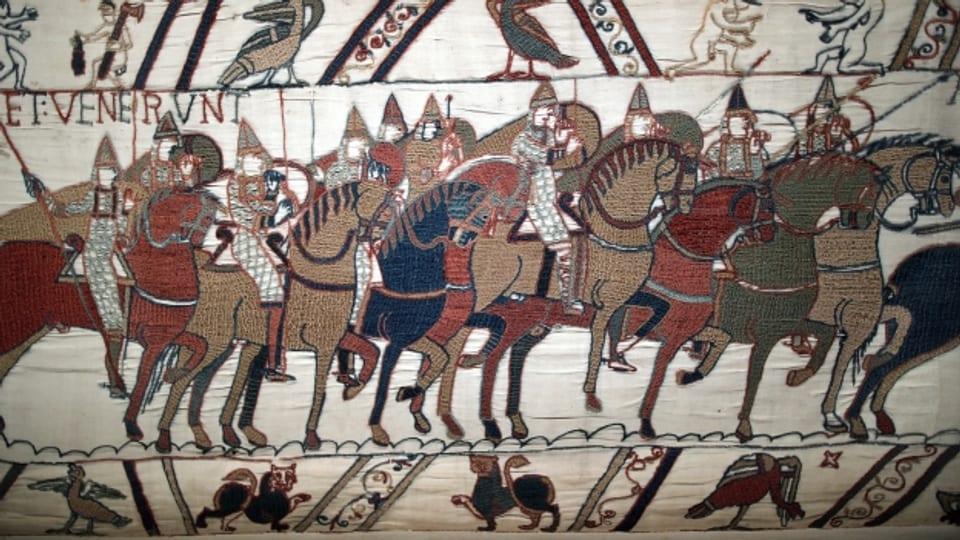Ein Ausschnitt des Teppichs von Bayeux, ausgestellt in einem Museum in der Normandie