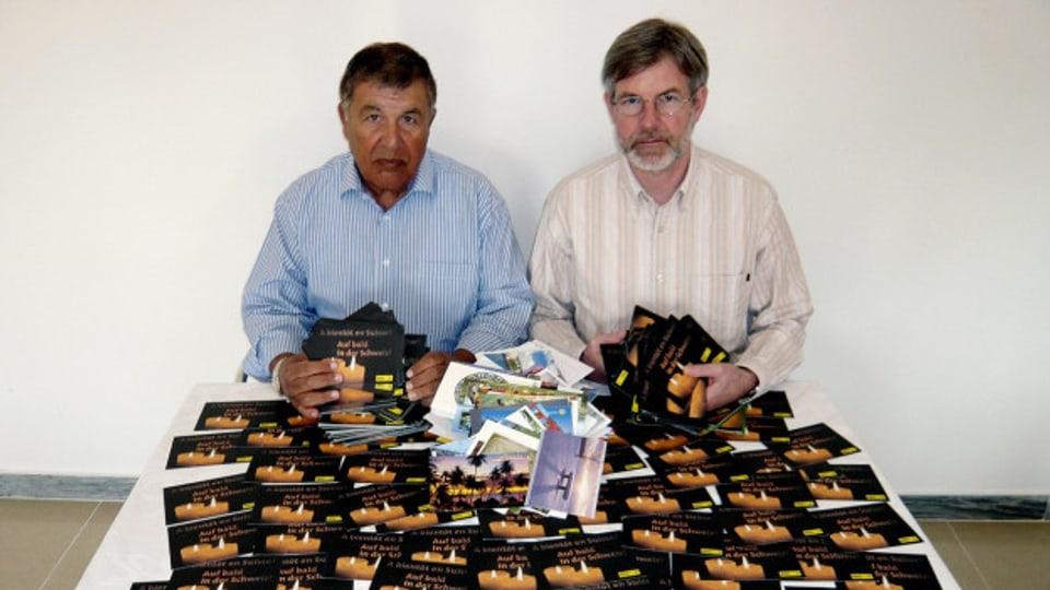 Max Göldi und Rachid Hamdani zeigen im Dezember 2009 Hunderte Solidaritätskarten, die sie in Libyen erhalten haben.