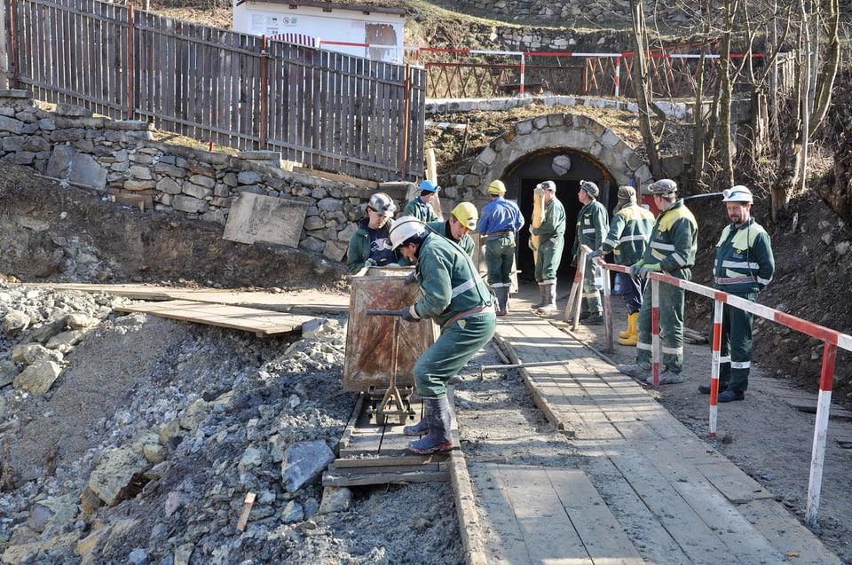 Arbeiter der Minenfirma (Rosia Montana Gold Corporation) legen in Rosia Montana einen alten römischen Stollen frei.