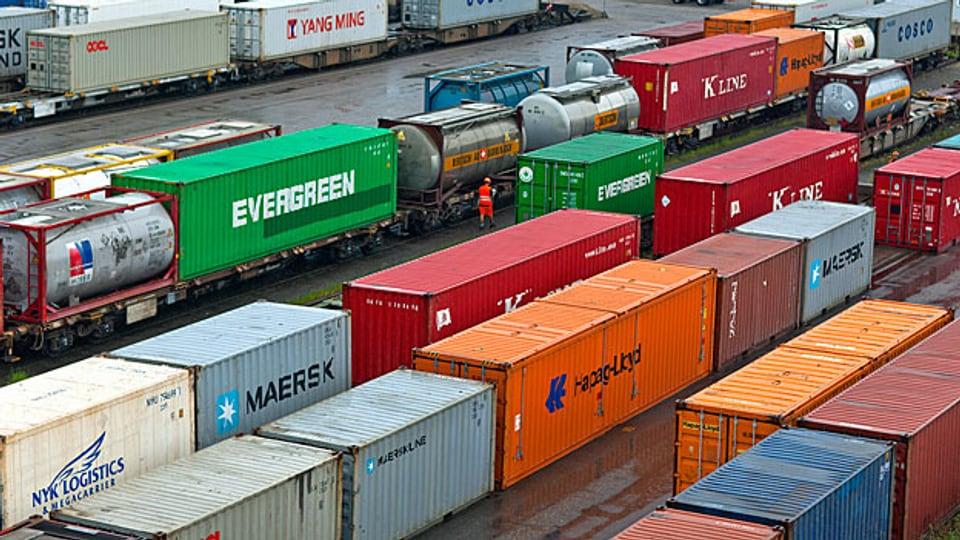 Weil im Januar der Euro-Mindestkurs weggefallen ist, wurden die Schweizer Produkte in den Euroländern rund 20 Prozent teurer. Dadurch ging einerseits Nachfrage zurück, andererseits mussten die Exporteure die Preise senken, um konkurrenzfähig zu bleiben.