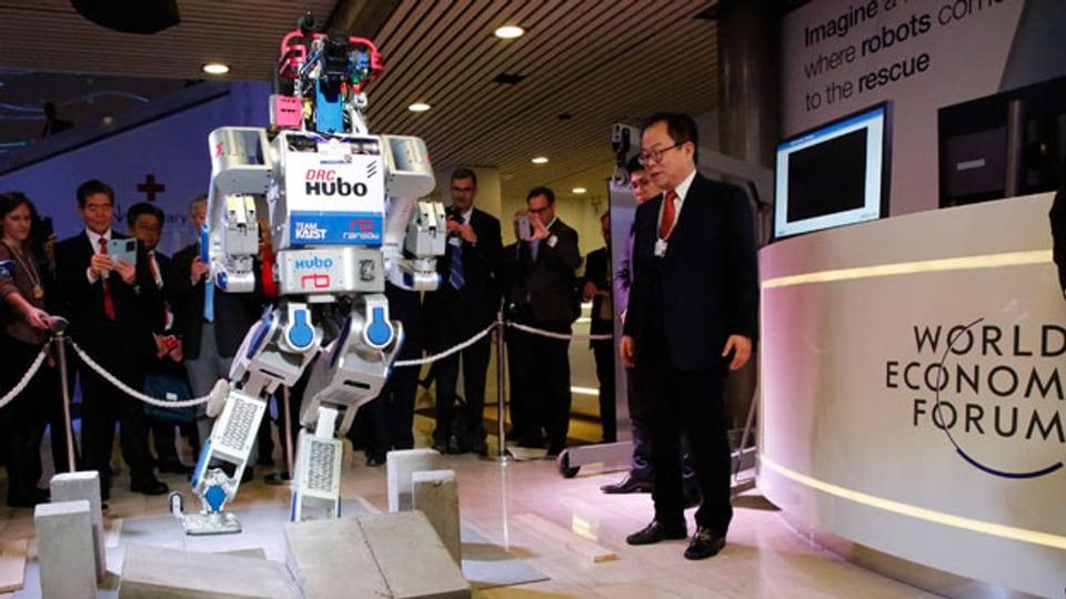 HUBO, der menschenähnliche Roboter, vorgestellt am WEF in Davos im 2016.