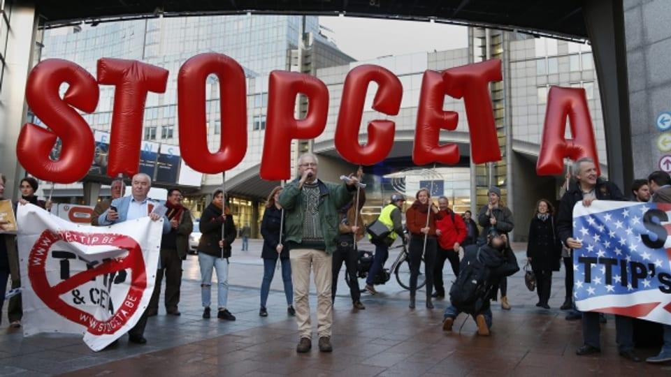 Demonstranten protestieren am Rand des EU-Gipfels in Brüssel gegen das Handelsabkommen CETA mit Kanada.
