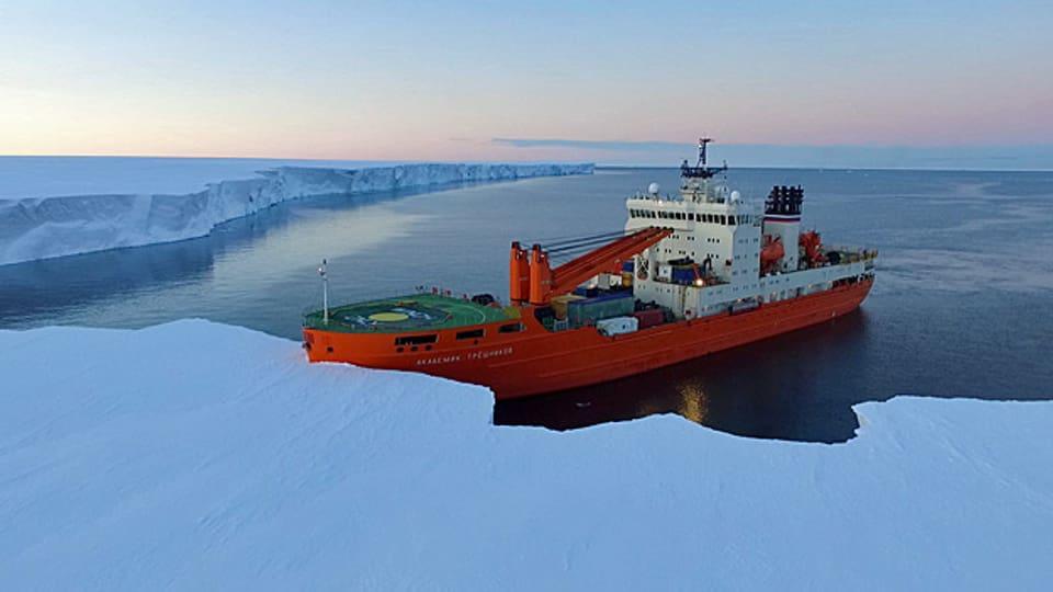 An 60 Stellen rund um die Antarktis haben die Forscher verschiedene Eigenschaften des Ozeanwassers bis in 1500 Metern Tiefe gemessen; Grundlage, um die Vorgänge in der Region besser zu verstehen. Bild: Das Expeditionsschiff.