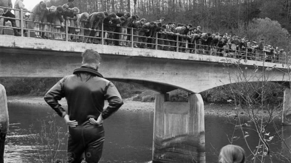 An der Brücke zwischen Birmenstorf und Mülligen suchen Polizeitaucher aus dem Kanton Zürich nach Peter Stadelmann.